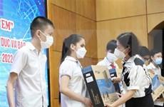 Apoyan a alumnos desfavorecidos en Vietnam con dispositivos de aprendizaje