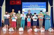 Entregan tabletas a alumnos desfavorecidos de minorías étnicas en Vietnam