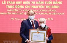 Confieren al expresidenta de Vietnam insignia por 75 años de membresía del PCV