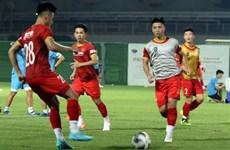 Futbolistas vietnamitas se preparan para partido con China en EAU