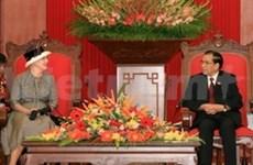 Dirigentes vietnamitas con la reina danesa