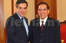 Autoridades vietnamitas reciben a premier francés
