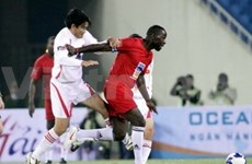 Futbolistas veteranos ingleses derrotan a vietnamitas