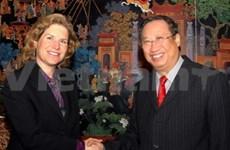 Vicepremier vietnamita con experta norteamericana