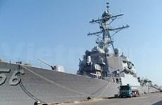 Arriba buque militar estadounidense a ciudad central