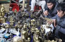 Visitantes compran buena suerte en mercado Vieng