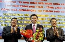 Vietnam condecora al Cónsul singapurense