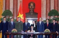 Firma Presidente decreto para promulgación de Constitución