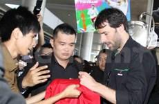 Van Nistelrroy llega a Vietnam con Copa UEFA Champions League