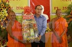 Saluda dirigente vietnamita fiesta tradicional de comunidad Khmer