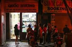 Habitantes de Hanoi hacen cola para comprar Banh Chung en tiendas famosas el último día del año lunar