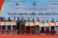 Entregan miles de banderas nacionales a pescadores en provincia vietnamita