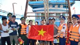 """Extienden programa """"Policía marítima acompaña a pescadores"""" en la isla vietnamita de Bach Long Vi"""