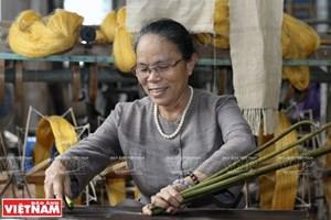 """(Video) Mujer vietnamita se dedica al tejido a partir de """"seda de loto"""""""