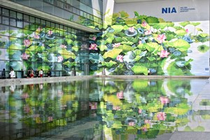 Gigantes murales de flor de loto embellecen aeropuerto Noi Bai