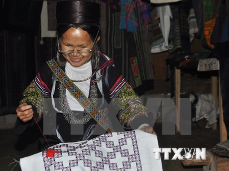 Minorías étnicas hacen fortuna con oficio tradicional de tejido de brocado