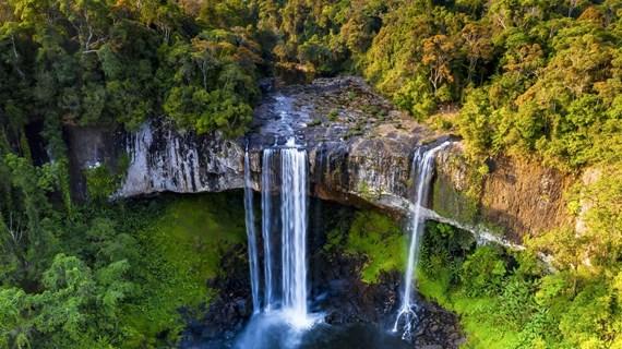 Majestuosa belleza de la cascada de Hang En
