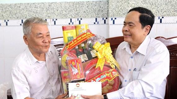 Obsequian dirigentes vietnamitas regalos del Tet a personas desfavorecidas