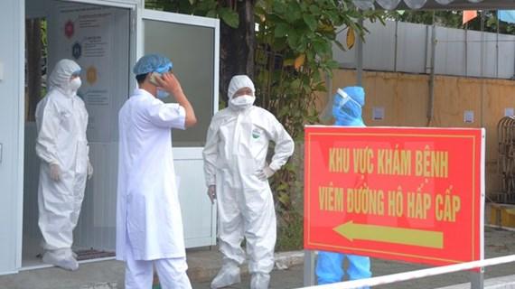 Premier vietnamita alaba aportes del personal médico en combate contra el COVID-19