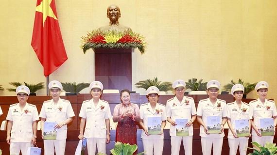 Presidenta del Parlamento vietnamita se reúne con figuras ejemplares de la fuerza policial