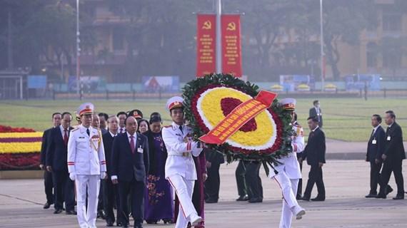 Delegados del XIII Congreso partidista rinden homenaje al Presidente Ho Chi Minh