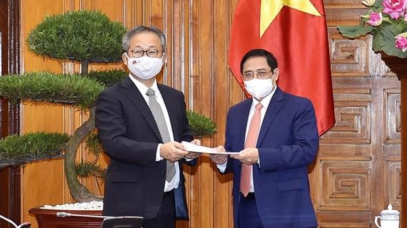 Premier vietnamita pide a Japón continuar cooperando en combate contra pandemia