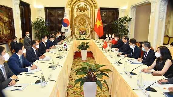 Vietnam y Corea del Sur aspiran a elevar comercio bilateral a 100 mil millones de dólares