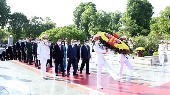 Dirigentes vietnamitas del Partido y el Estado rinden homenaje a héroes nacionales