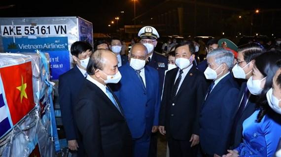 Presidente de Vietnam asiste a acto de entrega de vacunas y equipos médicos