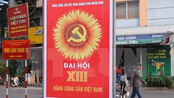 Calles de Hanoi decoradas con banderas y flores para dar la bienvenida al XIII Congreso del Partido Comunista