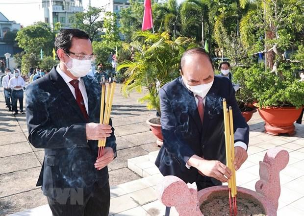 Rinden tributo al Presidente Ho Chi Minh y martires en Ciudad Ho Chi Minh hinh anh 2