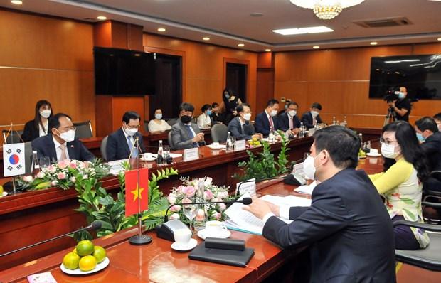 Vietnam y Corea del Sur promueven lazos en comercio, industria y energia hinh anh 1