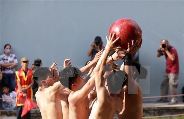 [Video] Fiesta tradicional de lucha con pelota Vat Cau, legado cultural de Vietnam hinh anh 1
