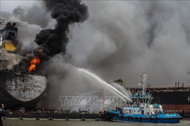 Al menos 22 heridos en incendio de petrolero en Indonesia hinh anh 1