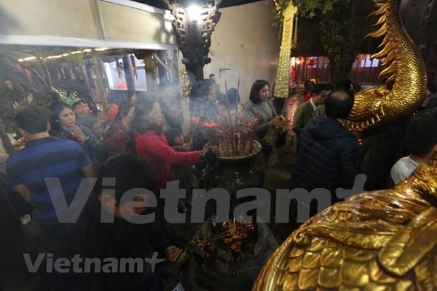Hanoienses acuden a las pagodas para pedir suerte hinh anh 12