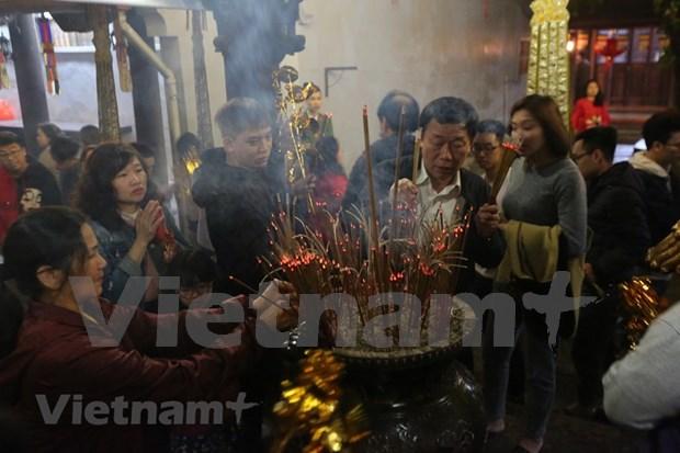 Hanoienses acuden a las pagodas para pedir suerte hinh anh 13