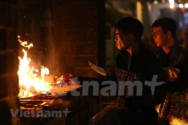 Hanoienses acuden a las pagodas para pedir suerte hinh anh 15