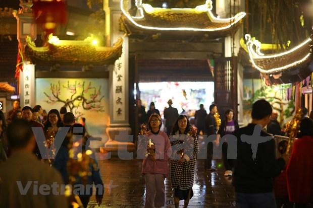 Hanoienses acuden a las pagodas para pedir suerte hinh anh 2