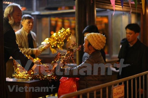 Hanoienses acuden a las pagodas para pedir suerte hinh anh 4