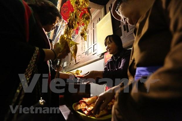 Hanoienses acuden a las pagodas para pedir suerte hinh anh 8