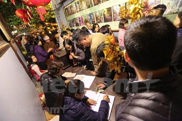 Hanoienses acuden a las pagodas para pedir suerte hinh anh 9