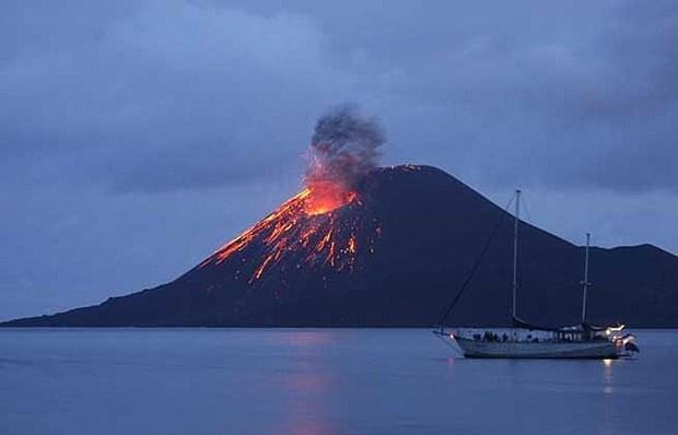 Cerrados aeropuertos indonesios por erupciones de volcanes hinh anh 1