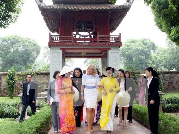 Conyuge de vicepresidente de EE.UU. visita Templo de Literatura hinh anh 1