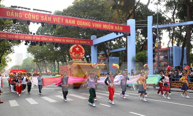 Gran desfile artistico en aniversario 70 de Fiesta Nacional hinh anh 1