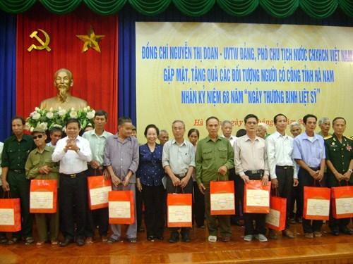 Honran a personas con meritos revolucionarios en Ha Nam hinh anh 1