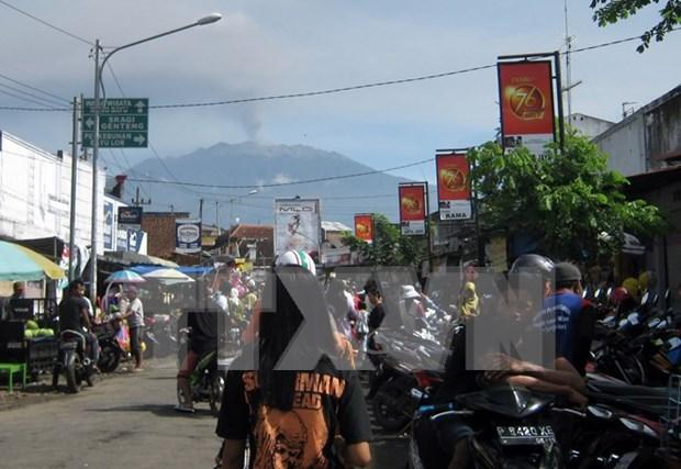 Indonesia cierra tres aeropuertos por ceniza volcanica de Raung hinh anh 1