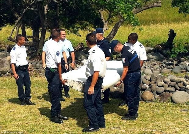Sospechoso pertrecho de MH370 varado en isla francesa de Reunion hinh anh 1
