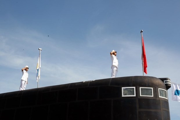 Khanh Hoa: Izamiento de bandera nacional en dos submarinos Kilo hinh anh 1