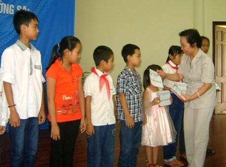Entrega vicepresidenta vietnamita becas a estudiantes pobres hinh anh 1