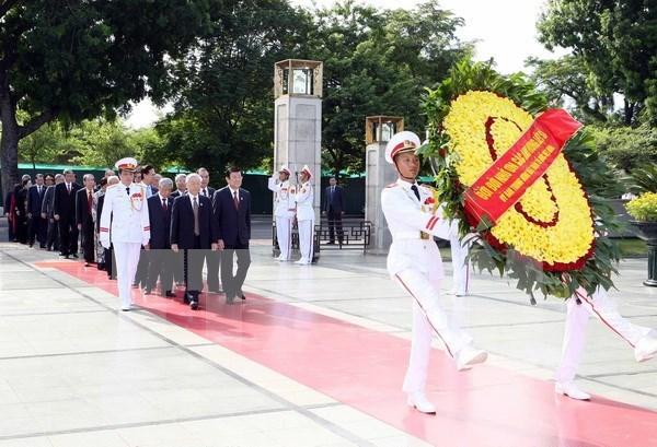 Rinden tributos dirigentes vietnamitas a Ho Chi Minh y heroes caidos hinh anh 1